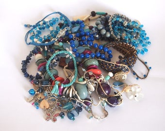 Beautiful blue bundle of 4 vintage necklaces and 15 bracelets, all in good condition and weighing approximately 450g.