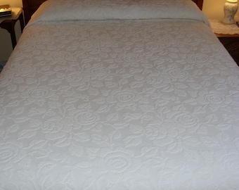 Cabbage Roses Hobnail Candlewick Chenille White Double Full Size Bedspread Fieldcrest Original Pom Pom Fringe Great Gift