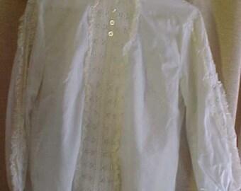 Vintage wit katoenen bloes met kant aan de hals en naar beneden mouw.  Knoppen aan de achterkant, Med #3629