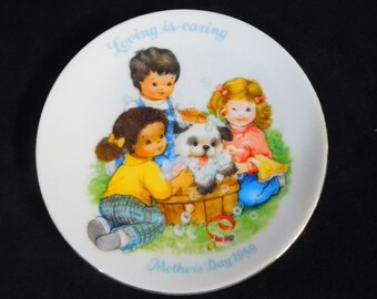 1989 Avon Mother's Day Plate - Loving Is Caring, MIB ~~ Kids Bathing Dog