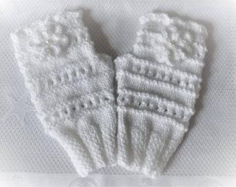 White mittens, knitting, crochet, Pearl flower.