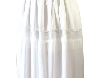 Summer maxi skirt in white cotton muslin with lace inlays.