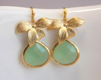 Light Green Mint Earrings, Glass, Crystal Gold Earrings, Flower, Dangle, Drop, Wedding Jewelry, Bridesmaid Earrings, Bridesmaid Gifts