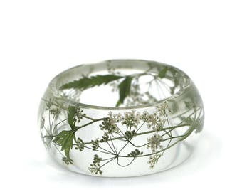 "White pressed flowers (apium graveolens) preserved into clear resin chunky bracelet - Ø59mm Ø2.32"" // Real flowers jewelry // Resin jewelry"