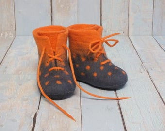 Baby boots, EU 18 size ready to ship, wool booties, felted shoes, warm crib shoes, gray orange polka dots, warm winter boots, merino wool