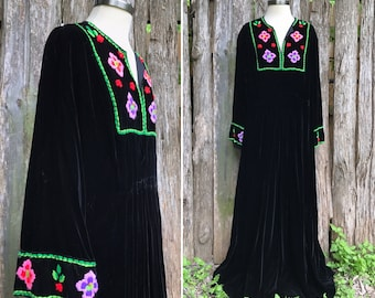 Vintage 70s black velvet embroidered caftan dress / bohemian tunic maxi dress / BELL sleeves / larger size