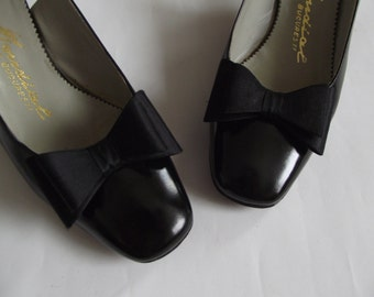 Vintage 1960s shoes/ black leather heels/ 60s leather shoes