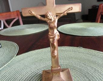 B033)  Vintage  Gold Tone Table  Crucifix