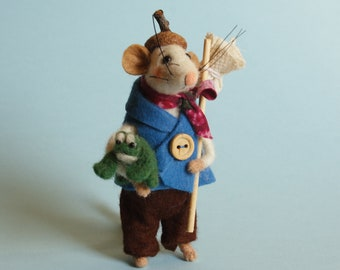 Needle felted Mouse Traveler with tiny frog. Dollhouse mouse. Felt mice. Miniature frog. Gift. Ornament. Felting dreams. needle felted frog