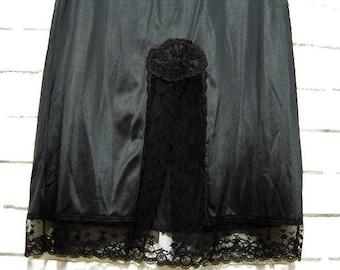 Vtg black lacy half slip size S 24/26