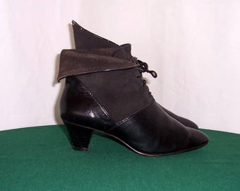 Sz 5.5 Vintage Black leather and suede 1990s women lace up pixie ankle boots.