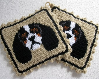 Cavalier King Charles Spaniel Pot Holders. Neutral color, crochet dog potholders with tricolor cavalier spaniels. Cavalier dog gift