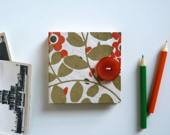 Mini photo album accordion, 8 x 8 cm, 16 pages (black or white). Nepalese paper, leaves and orange flowers.