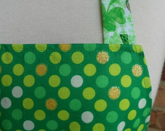 Tablier pour femmes, Pot Trésor Saint-Patrick tablier, Duo tablier, tablier poche. Tablier de cuisine. Hôtesse cadeau, tablier de Shamrock, or à pois