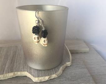 Howlite black rose skull dangle earrings.  Gothic earrings black rose dangle skull dangle semi precios dangle gift under 10