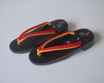 GETA (women's) one of Japanese traditional clogs. Wear the Geta and enjoy the summer!! Matte of black color