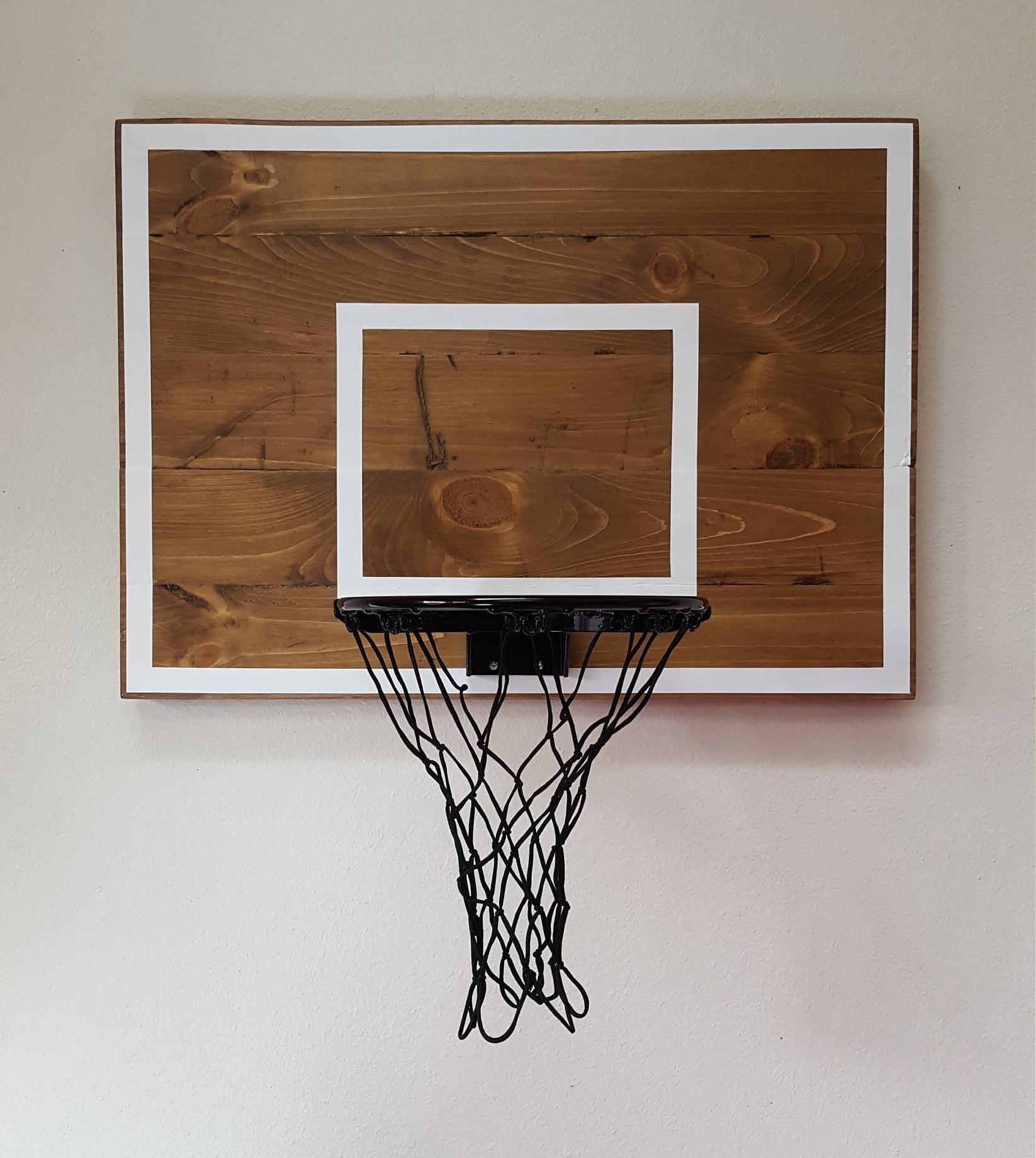 Palette Holz Basketball Hoop mit gemalten Reifen Linien. Wand