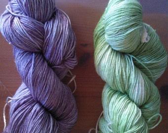 Handdyed sockyarnmaine coon base lilac tonal