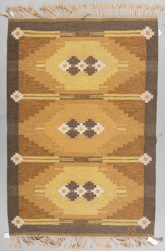 Vintage Swedish Rölakan or flat weave Kelim monogrammed IS for Ingegerd Silow retailed by Alestalon Mattokutomo, Finland. Size 200 x 138 cm