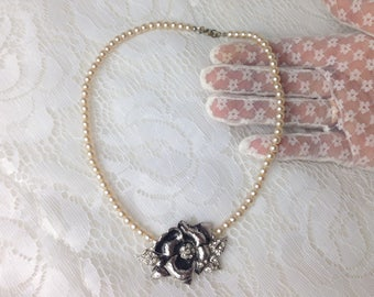 Vintage faux pearls Necklace with flower decor