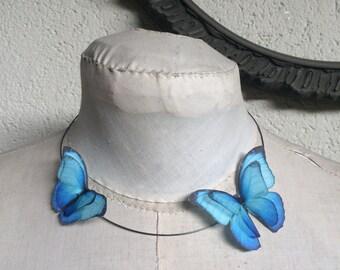 Fliegen - handgemachte Halskette Halsband mit Morpho Schmetterlinge aus Baumwolle und Seide Organza blau