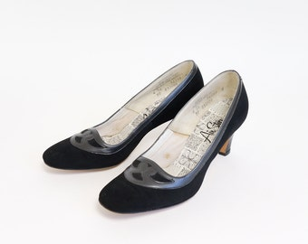 Vintage 1960s Womens Size 7 Shoes / Black Suede Air Step Pumps VGC / Comfortable Flexible Shoe for the 60s Working Girl