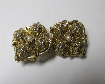 Vintage Gold Tone Clip On Earrings / Costume Jewelry / Estate Jewelry