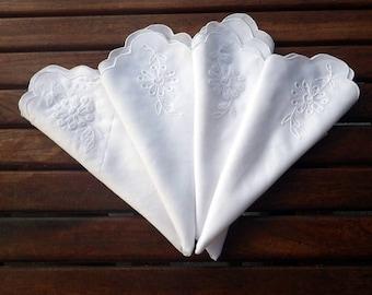 Set of 4 Embroidered White Vintage Napkins, Vintage White Napkins with Embroidery on each corner, Scalloped Edged Embroidered White Napkins