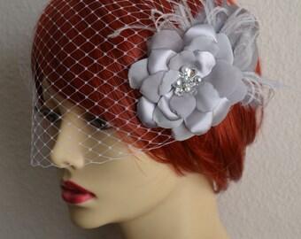 HECHO a pedido, gris flor y velo del Birdcage, velo del Birdcage, flor gris con plumas y velo Vintage, tocados, D015