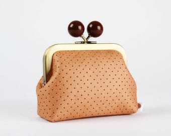 Metal frame coin purse with color bobble - Perforated caramel brown - Color dad in faux leather / peach pink lining fabric / Chocolate