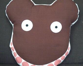 mini coussin ours Paulette avec son beau collier