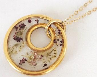 Pendentif en résine botanique cool cercle d'or rempli de fleurs de dentelle queen annes