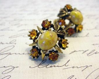 Vintage Coro screw back Earrings Amber Rhinestone Gold flake cabochon J159