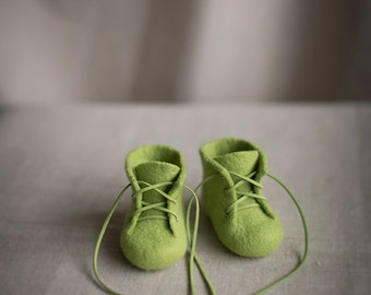 Newborn booties in fresh green - Merino wool baby shoes