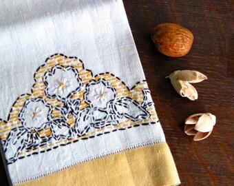 Vintage Linen Towel, Embroidered Guest Towel, Bathroom Towel, Tea Towel, Fingertip Towel, Kitchen Towel, Vintage Linens, Towel Vintage