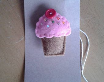 Felt cupcake brooch with pink icing