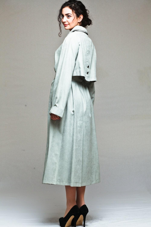 Women\'s classic long raincoat / mac with dual collar and