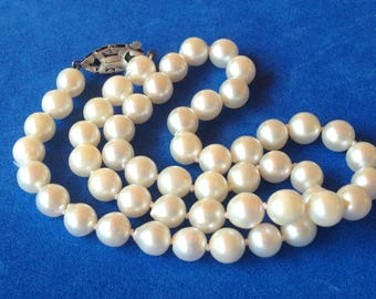 Vintage! Silver clasp, knotted white pearl single strand necklace - beautiful!