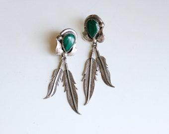 des années 1970 Navajo sterling et malachite longue plume boucles d'oreilles / des années 70 vintage vert et argent boucles d'oreilles / Native American jewelry