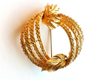 Vintage Stunning Coro Large Gold Textured Wreath with Leaf Motif  Pin, Brooch, Scarf Pin