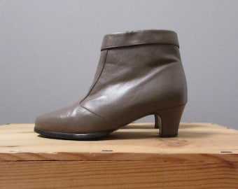6.5 - taupe ankle boots with a heel and zipper vintage 80s pixie shoes pumps - seven