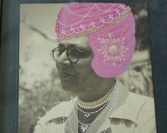 Antike Sepia Foto eines Mannes in Indien handbemalt Rosa Turban und Kette