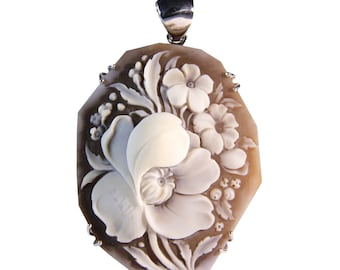 Silver pendant eyeshadows with hand-engraved cameo on sardonic shell