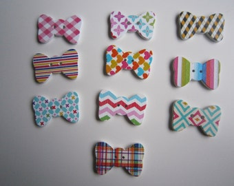 10 bow shaped wooden buttons