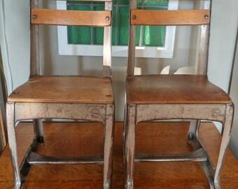 Paire de Metal industriel Vintage Kids American sièges Co. et chaises bois envoyé pour enfants l'école