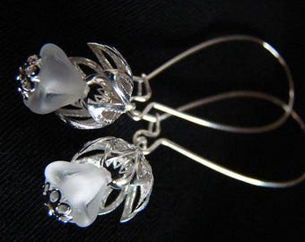 Pretty white snow flower earrings with long kidney loops, silver color