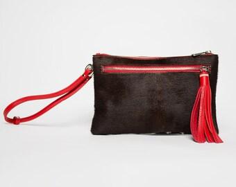 Sac à main  pochette/ bandouillère/ fourrure cow / pompon cuir rouge