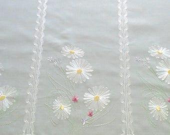 rideau voilage prêt à poser brise bise cantonnière et ses fleurs brodées