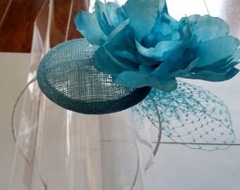 Aqua Blue Sinamay Silk Flower Fascinator Hut mit Schleier und Satin Haarband, für Hochzeiten, Partys, besondere Anlässe