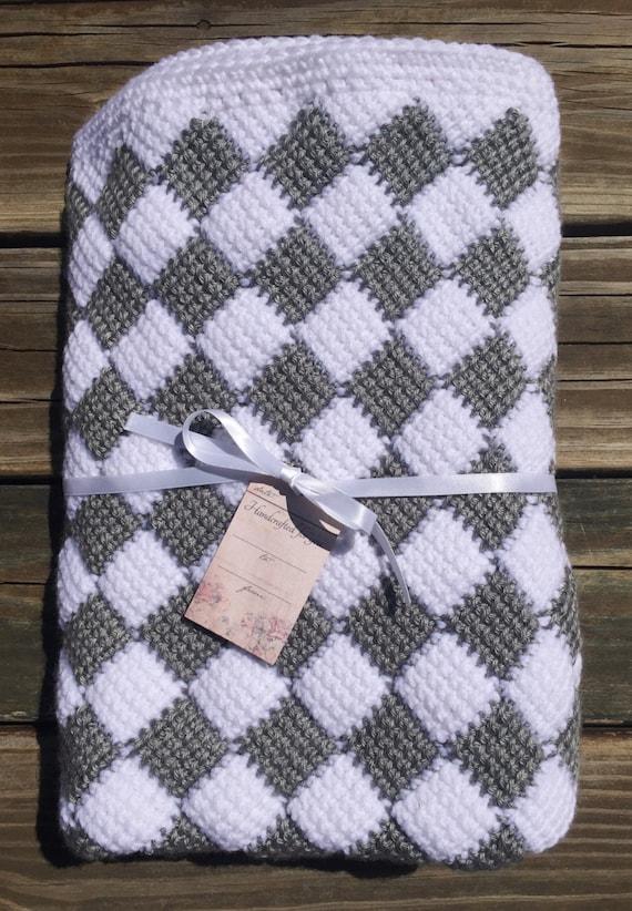 Manta del bebé del Entrelac gris y blanco a cuadros ganchillo